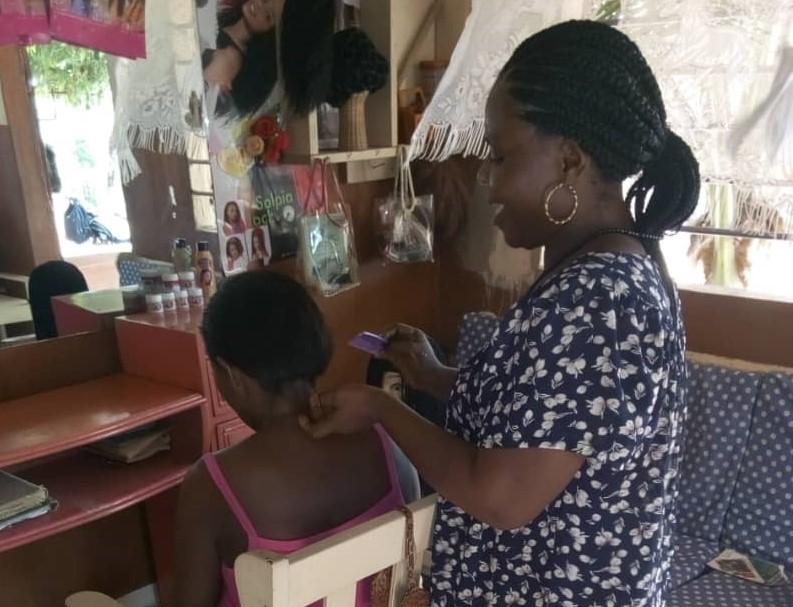 Madame GLOKPO Ama, coiffeuse à Lomé grâce à l'appui financier du FNFI