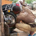Salifou Razak, mécanicien deux roues grâce au crédit AJSEF du FNFI